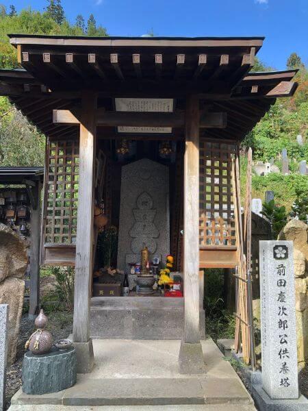 前田慶次供養塔